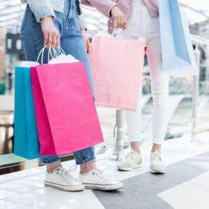 買い物袋を持つ2人の女性