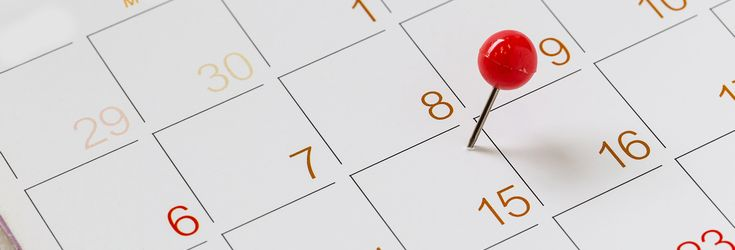 日付にピンが刺してあるカレンダー