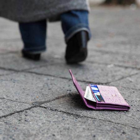 道に落ちたままの財布