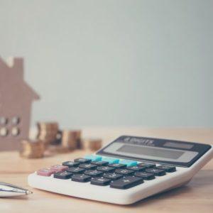 家の模型とお金と電卓