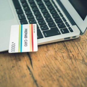 ノートPCの上に置かれたプリペイド式クレジットカード