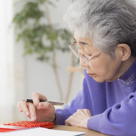 計算をするおばあさん