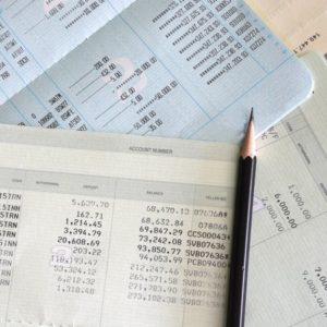 預貯金通帳と電卓と鉛筆
