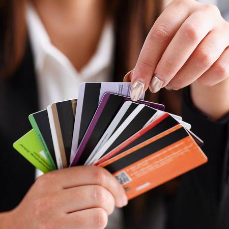 複数のカードを持つ女性