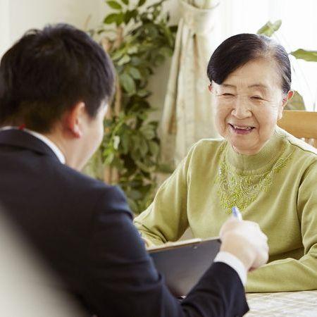 保険の相談をする女性