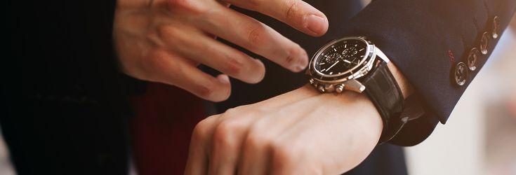 腕時計をしている男性